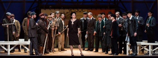 Raffaella Lupinacci in mezzo al coro in abiti del ventennio